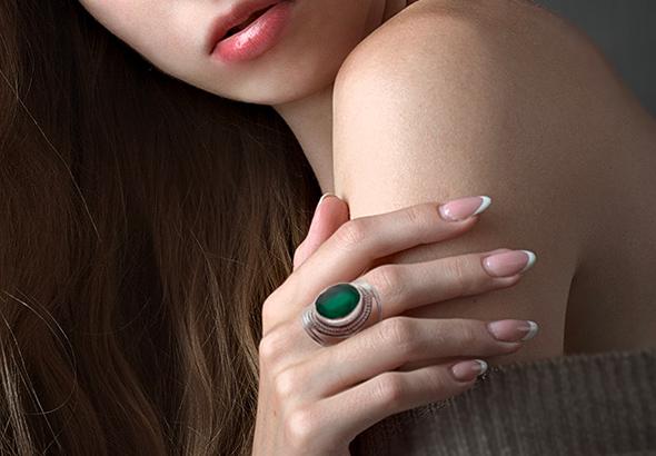 L'onyx et l'onyx vert protègent contre les énergies maléfiques, donnent stabilité, calme et contrôle de soi.